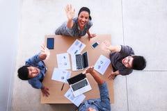 Draufsicht von Geschäftsmännern und Geschäftsfrau feiern über Tabelle in einer Sitzung mit Kopienraum im beweglichen Büro Teamwor stockfotografie