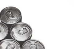 Draufsicht von Getränkedosen mit Wassertröpfchen auf weißem Hintergrund; B&W-Farbe lizenzfreie stockfotos