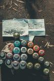 Draufsicht von Graffitiskizzen und -dosen mit buntem Spray Lizenzfreie Stockfotos
