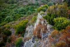 Draufsicht von große Klippen des bergigen Geländes und Küsten-der Korsika-Insel, Frankreich stockbild