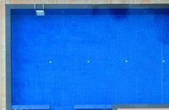 Draufsicht von hotel's Blau deckte Swimmingpoolhintergrund mit Ziegeln Sport im Freien, Erholung, Übung, Familien-Tätigkeit, Fr lizenzfreie stockfotos