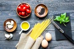 Draufsicht von italienischen Bestandteilen für Tomate und basilic Spaghettis Lizenzfreie Stockbilder