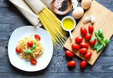 Draufsicht von italienischen Bestandteilen für Tomate und basilic Spaghettis Stockfotos