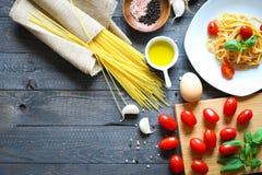 Draufsicht von italienischen Bestandteilen für Tomate und basilic Spaghettis Lizenzfreies Stockfoto