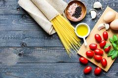 Draufsicht von italienischen Bestandteilen für Tomate und basilic Spaghettis Stockbild