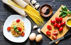 Draufsicht von italienischen Bestandteilen für Tomate und basilic Spaghettis Stockfoto
