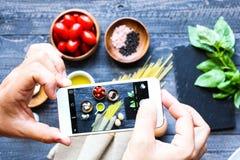 Draufsicht von italienischen Bestandteilen für Tomate und basilic Spaghettis Lizenzfreie Stockfotografie
