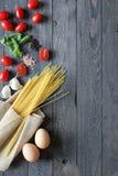 Draufsicht von italienischen Bestandteilen für Tomate und basilic Spaghettis Lizenzfreies Stockbild
