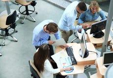 Draufsicht von jungen modernen Kollegen in der intelligenten Freizeitkleidung, die beim Verbringen von Zeit im Büro zusammenarbei stockbilder