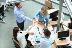 Draufsicht von jungen modernen Kollegen in der intelligenten Freizeitkleidung, die beim Verbringen von Zeit im Büro zusammenarbei stockfoto