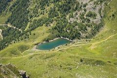 Draufsicht von kleinem alpinem See Stockfoto