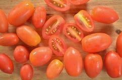 Draufsicht von kleinen roten Tomaten Stockbild