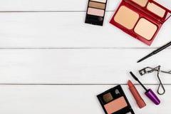 Draufsicht von kosmetischen Einzelteilen auf weißem hölzernem Hintergrund stockfotografie