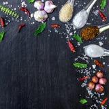 Draufsicht von Lebensmittelinhaltsstoffen und Würze auf dem Tisch, Bestandteile und Gewürz auf dunklem Bretterboden Stockbild