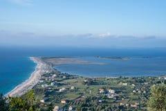 Draufsicht von Lefkas-Stadt mit ionischem Meer Stockfotografie