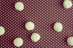Draufsicht von lettischen marshmallovs - zefiri auf purpurrotem Tupfenhintergrund, Weinlesefilter Lizenzfreie Stockfotos