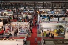 Draufsicht von Leuten an Made Ausstellung 2013 in Mailand, Italien lizenzfreie stockbilder