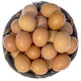 Draufsicht von lokalisierten Eiern im Korb Lizenzfreie Stockbilder