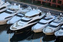 Draufsicht von luxuriösen Yachten und von Megayachts festgemacht im Hafen von Fontvieille in Monaco stockfotografie