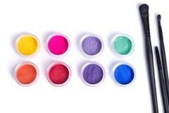 Draufsicht von Mattminerallidschatten und von Make-upbürsten Stockfotografie
