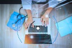 Draufsicht von Medizindoktorhand, arbeitend mit dem modernen Computer lizenzfreie stockfotografie