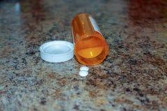 Draufsicht von Medizinpillen und -tabletten mit orange Tablettenfläschchen lizenzfreie stockfotografie