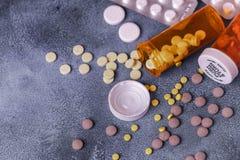 Draufsicht von Medizinpillen und -tabletten mit orange Tablettenfläschchen für Gesundheitswesen lizenzfreies stockbild