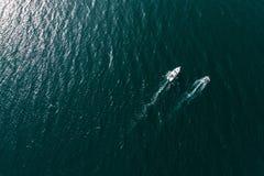 Draufsicht von Motorbooten im blauen, transparenten Wasser Stockfoto