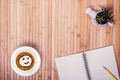 Draufsicht von Notizbüchern, von Kaffeetasse und von Bleistift mit Kopienraum Stockfotos