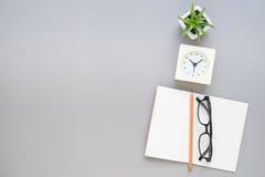 Draufsicht von Notizbuchbleistiftbrillen auf Schreibtisch Stockbilder