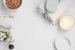 Draufsicht von organischen skincare Produkten mit Salz, Kerze, Blumen stockfotos