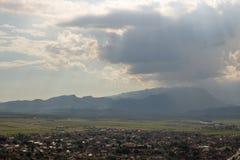 Draufsicht von Rasnov in Rumänien lizenzfreie stockfotos