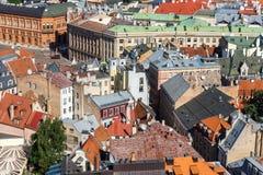 Draufsicht von rostigen und roten Ziegeldächern, Riga, Lettland Lizenzfreies Stockbild