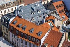 Draufsicht von rostigen und roten Ziegeldächern, Riga, Lettland Lizenzfreies Stockfoto
