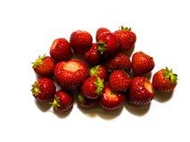 Draufsicht von roten, geschmackvollen Erdbeeren auf weißem Hintergrund lizenzfreies stockfoto