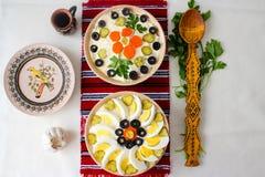 Draufsicht von Schüsseln Salat mit Majonäse, Gemüse und Eier, Russe-Olivier-Salat oder Rumäne Boeuf-Salat lizenzfreie stockfotografie