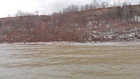 Draufsicht von schmutzigem See im Frühjahr ablage Landschaft mit mountainy foresty Küstenlinie mit nicht schon geschmolzenem Schn stock footage