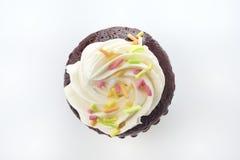 Draufsicht von Schokoladen-kleinen Kuchen auf weißem Hintergrund Stockbilder