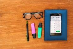 Draufsicht von Schreibtisch withsmart Telefon Lizenzfreie Stockbilder