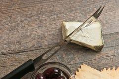Draufsicht von schwarzen Oliven, von Blauschimmelkäse und von Käsemesser Stockfotos