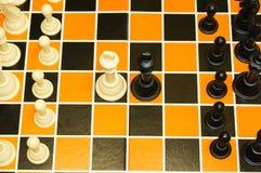 Draufsicht von Schwarzweiss-Königschachfiguren vertraulich Stockfoto
