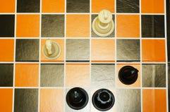 Draufsicht von Schwarzweiss-Schachfiguren Stockbild