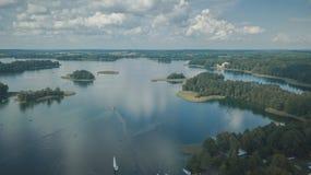 Draufsicht von See und von vielen Inseln nahe Trakai-Stadt stockbild