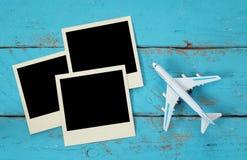 Draufsicht von sofortigen Fotografien der Reise nahe bei Flugzeug lizenzfreie stockbilder