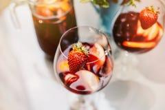 Draufsicht von Sommer dinks, Fruchtcocktails auf weißen hölzernen Tabelle wi lizenzfreie stockfotos