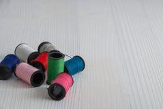 Draufsicht von Spulen des farbigen Fadens lizenzfreie stockfotografie