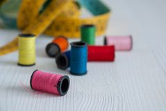 Draufsicht von Spulen von farbigen Faden und von Maßband stockbilder