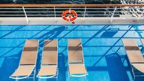 Draufsicht von Stühlen auf Oberdeck des Kreuzfahrtschiffs lizenzfreies stockbild