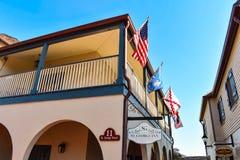 Draufsicht von St. George Inn Hotel und bunte Flaggen in Floridas historischer Küste lizenzfreie stockfotos