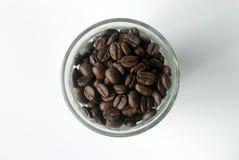 Draufsicht von Tasse Kaffee-Bohnen Stockbild